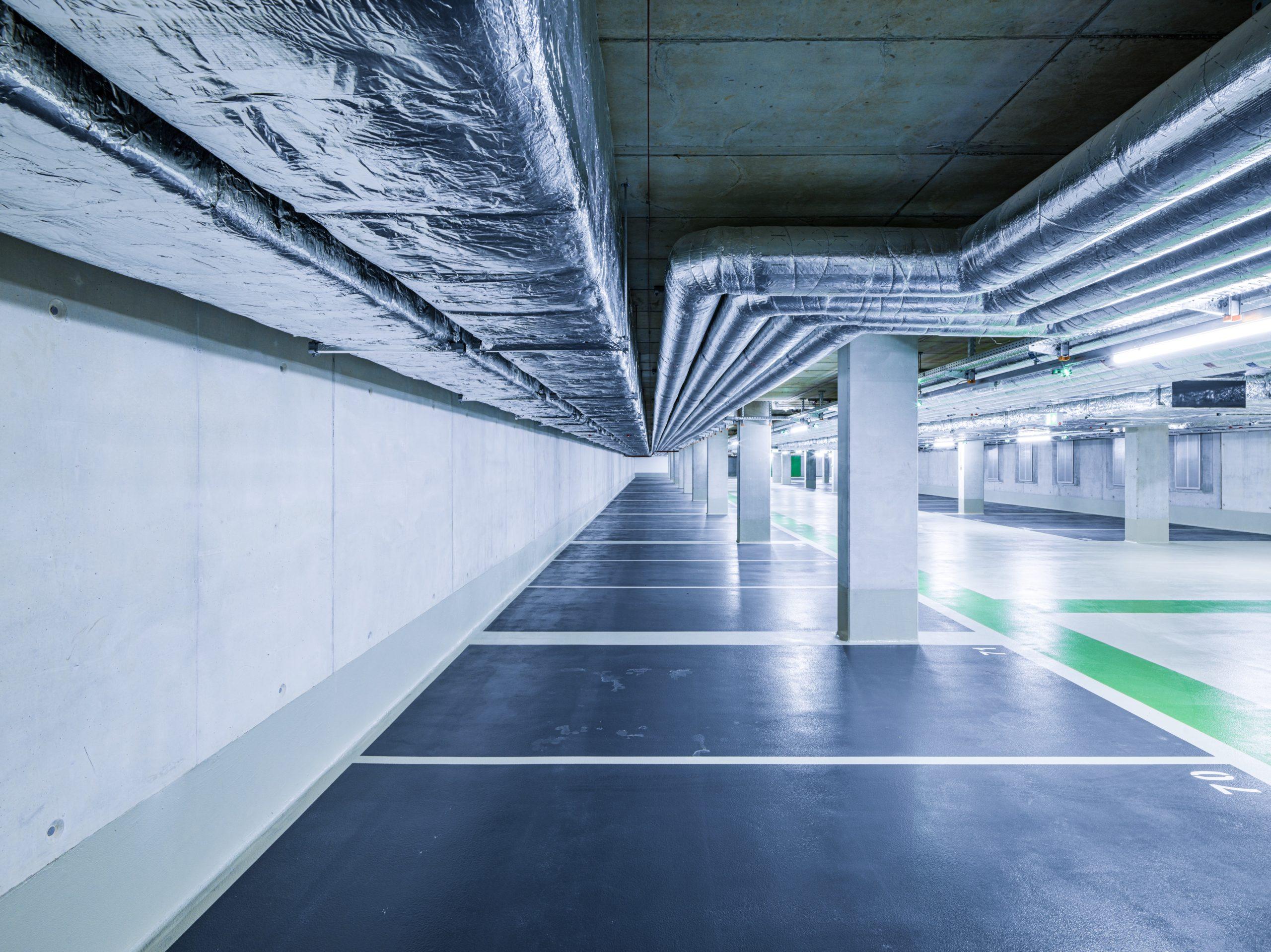 Tiefgarage mit Lüftungskanälen im neuen Headquarter der HeidelbergCement AG.